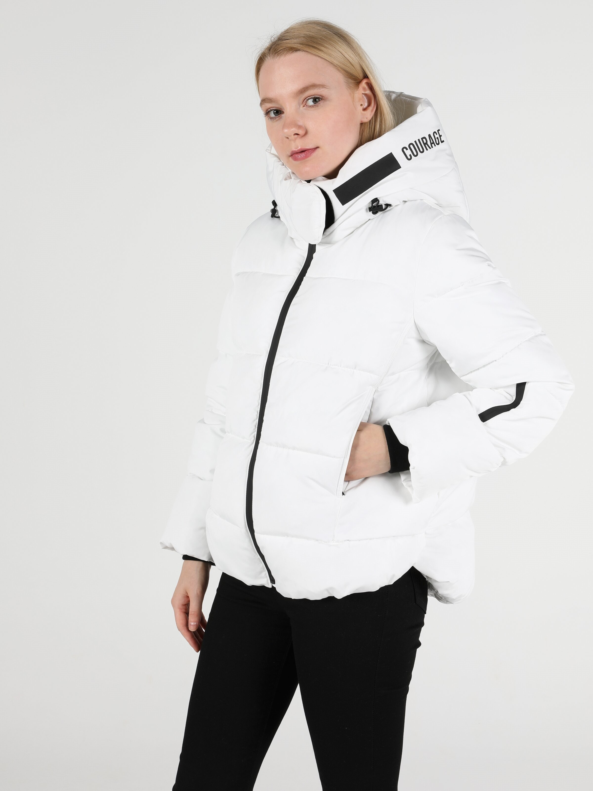 Показати інформацію про Куртка Жіноча Біла Класичного Крою Cl1051046